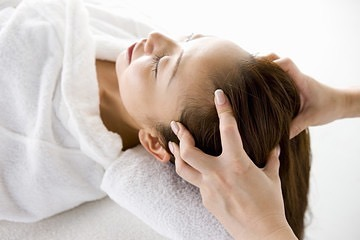当店一番人気は 頭蓋骨矯正+小顔矯正コルギ❣️ ・ 頭から小さくなり、眼精疲労や偏頭痛も改善 是非お試し下さい♪ ・