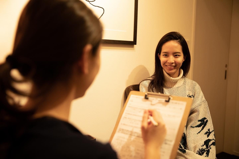 当店1番人気の「フェイスUP小顔矯正コルギ」の施術の流れをご案内させて頂きたいと思います。  1. カウンセリング しっかりとお客様のお悩みをお伺いし、コース内容のご説明をさせて頂きます。  2. お顔全体の歪みチェック お顔の大きさ・頬骨の高さ・目の高さ・鼻の曲がり・顎の曲がり・お顔の凝りなどをお客様とご一緒に鏡を見ながら確認していきましょう。  3. 部分矯正 頬骨・顎などの部分矯正をしていきます。  4. 首・デコルテ・肩周りのリンパマッサージ 顔の土台でもある首や肩からしっかりとケアをすることで、デトックス効果が高まります。 首は、顔と体をつなぐ大切な通り道です。 当店の小顔矯正ケアは、Kronosオリジナルの手技で、顔だけでなく首や肩から凝りをほぐすことにより、1回でも小顔矯正の効果をご実感頂けます。  5. スマイルライン矯正 当店の小顔矯正ケアは、根本からの改善を目的としています。 お口の中から矯正をすることにより、下がった頬骨を上に引き上げ、 凝り固まった口輪筋を広げることで口角の上がった美しい口元へ整えます。  6. 最終調整 頭蓋骨・鼻骨・眼輪筋・咀嚼筋など全体的な最終調整をし、美しく整った小顔に☆  7. アフターチェック ケア前のお顔とケア後のお顔を、鏡を見て実際にお顔を触ってお客様にご確認頂きます。 当店の小顔矯正は、一度でも効果がございますが、継続する事で更にリフトUPされ整った小顔に導きます。  8. アフターティー アフターティーをお召し上がり頂きながら、お化粧直しも出来ます♪  #モデル